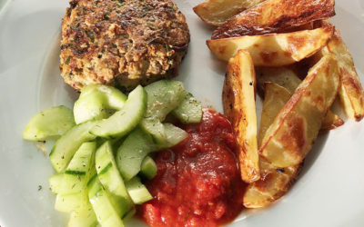 Turkey burger with oven chips and pickled cucumber